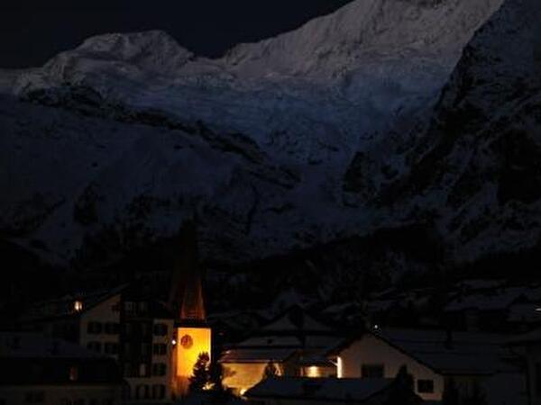 Die Dorfkirche in der Abenddämmerung