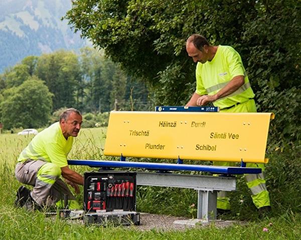 Mitarbeiter des Werkdienstes beim Montieren eines Farbtupfer-Bänklis