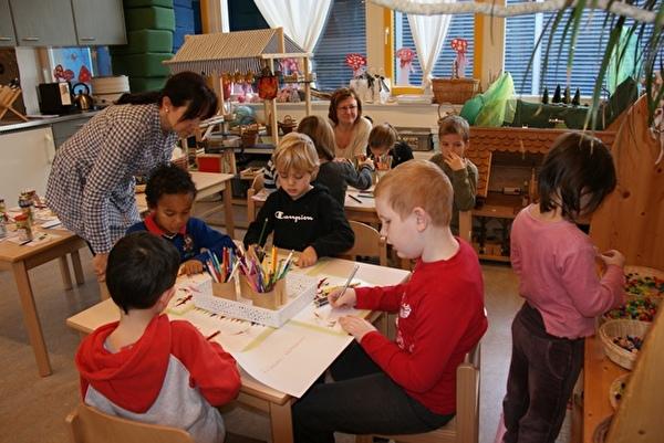 Seniorin im Kindergarten