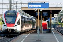 Einfahrender Zug im Bahnhof Wohlen