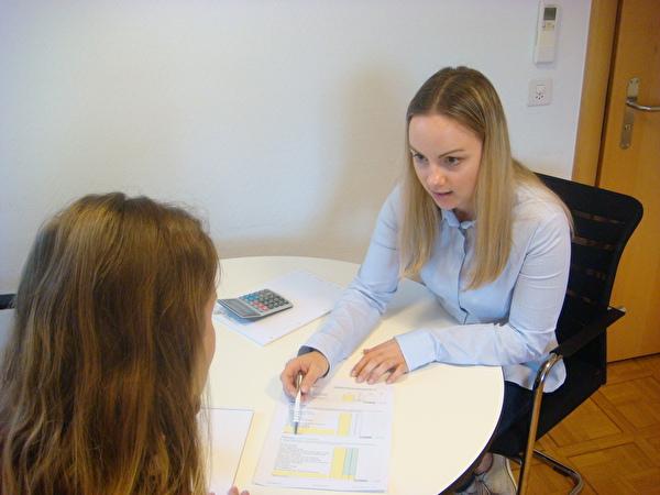 Belinda Locher in einem Beratungsgespräch mit einer Klientin.