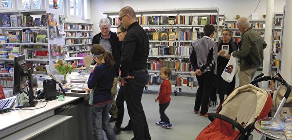 Menschen in der Bibliothek