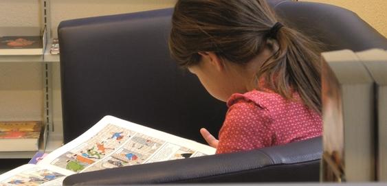 Ein Mädchen liest in der Bibliothek