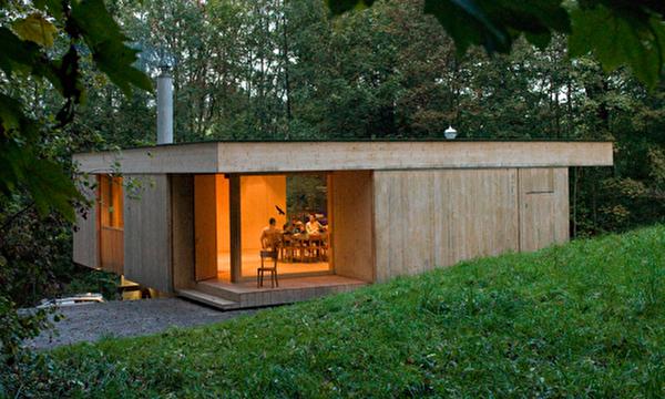 Die Trublerhütte liegt am idyllischen Waldrand.