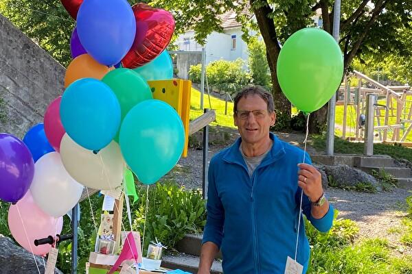 Walter Schnider mit Ballon