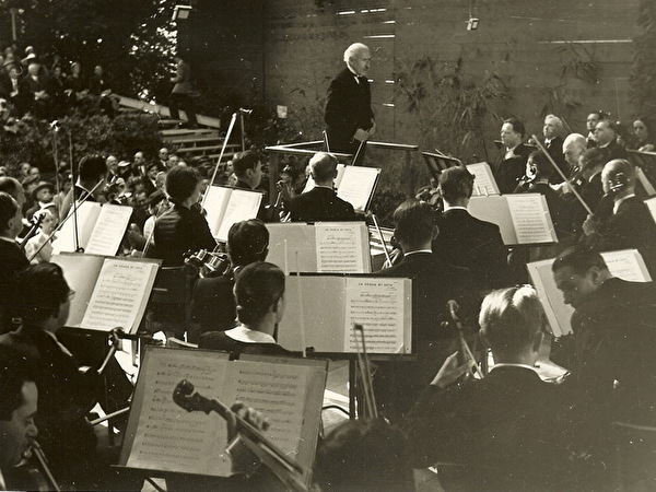 Toscanini vor dem Konzert mit Musikern