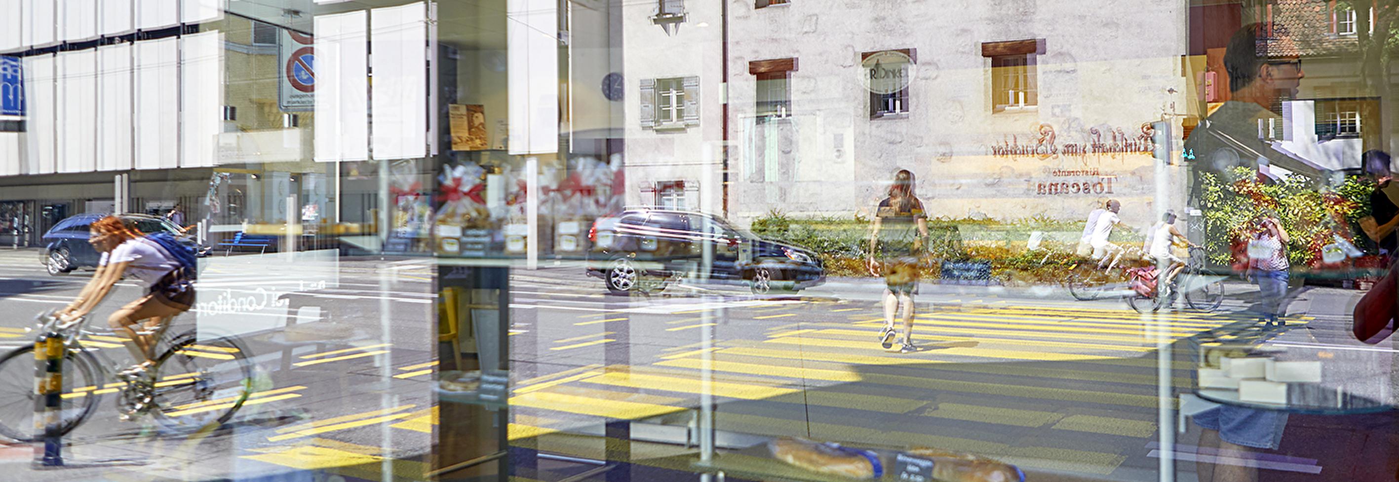 Zebrastreifen durch Scheibe fotografiert