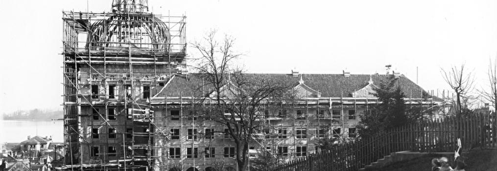 Bau des SUVA-Gebäudes, Aufrichtebäumchen und Balkenlage der Kuppel sichtbar