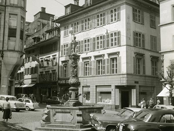 Knörrhaus am Kapellplatz mit Fritschibrunnen im Vordergrund