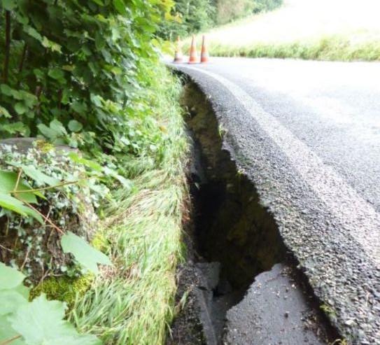 Der Asphalt an der östlichen Bergstrasse ist nach der Rutschung überhängend