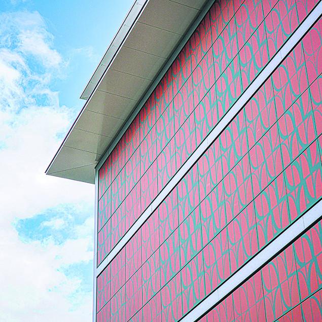 Energiehaus mit roten Modulen