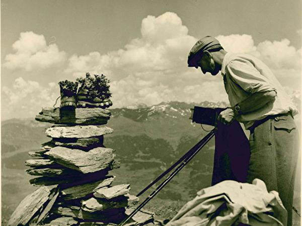 Fotograf fotografiert Bergschuhe