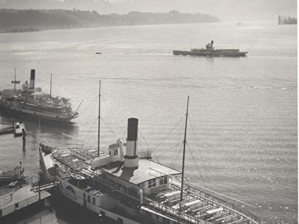 Schwarz-weiss-Foto des Dampfschiffes Gallia am Schweizerhofquai, im Hintergrund zwei weitere Raddampfer