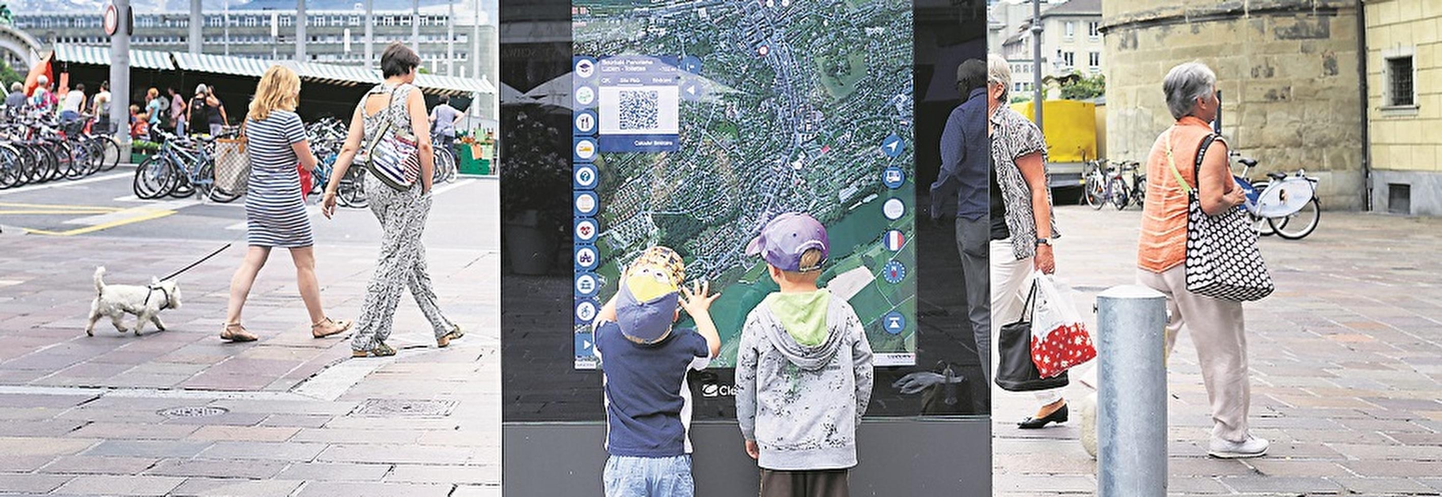 Zehn digitale Werbescreens mit interaktivem Stadtplan