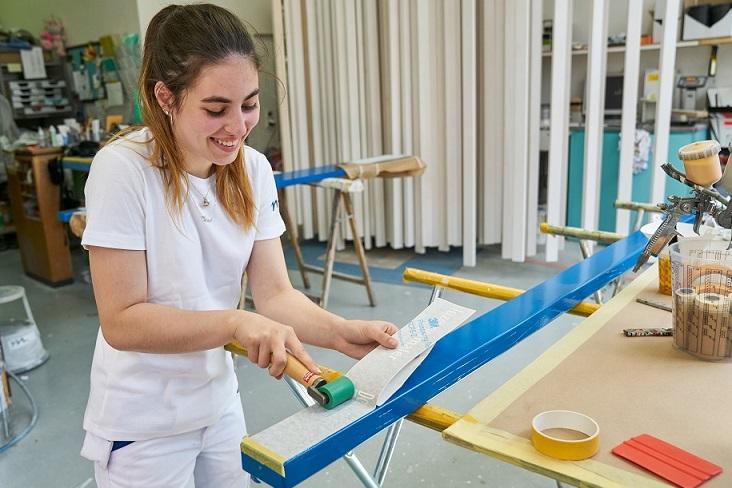 Malerlehrling bei der Arbeit.