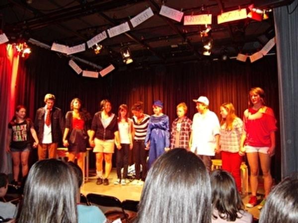 """Die Theater-Crew 2011/2012 zeigte ein Stück rund um das Thema """"Mobben ist kein Spiel - Mobbing tut weh"""""""
