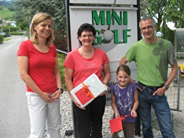 Die beiden Gewinnerinnen Marlies Hasler und Daria Keller bei der Preisübergabe, flankiert von den OK-Verantwortlichen Ruth Wanner und Markus Stampfli (von links). Nicht auf dem Bild ist Fatlum Veliu.
