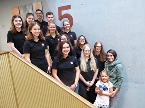 Die Lernenden der Stadt Altstätten haben der Gewinnerin, Nadja Stieger und ihrer Tochter Emily, den Preis übergeben.