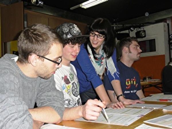 Jugendliche am Steuerworkshop