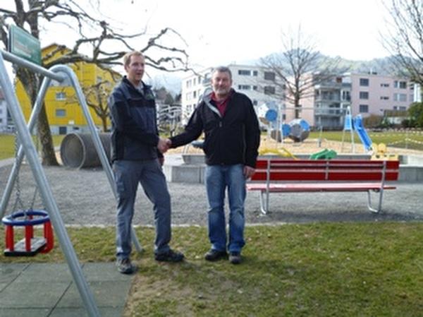Markus Haltiner und Karl Segmüller vor dem neu erstellten Spielplatz Wiesental