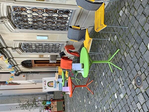 Blick auf das Reburg Kafi mit freundlichem Gartenrestaurant für Alle zu-gängig.
