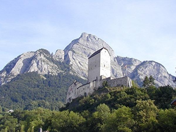 Schloss Sargans mit Gonzen im Hintergrund