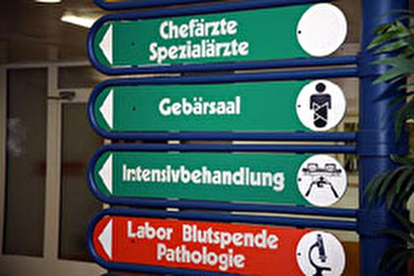 Anzeigetafel im Spital