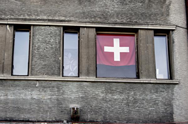 Schweizerfahne im Fenster