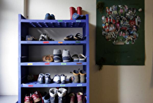 Schuhregal mit Kinderschuhen
