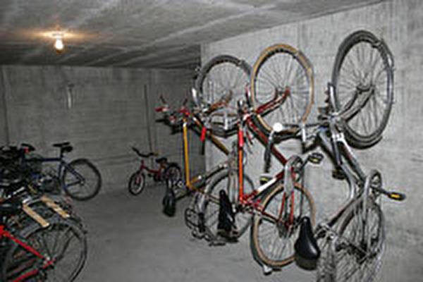 Veloraum mit aufgehängten Fahrrädern
