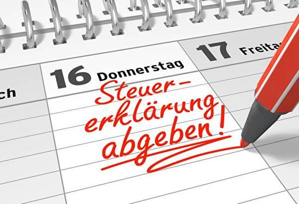 Kalender mit Eintrag Steuererklärung abgeben