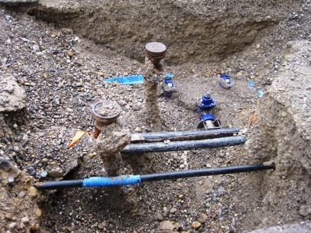 Neue und alte Leitungen überkreuzen sich im Boden