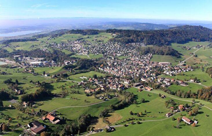 Bäretswil - im Hintergrund der Pfäffikersee