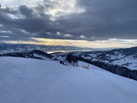 Skipiste mit Berglandschaft im Hintergrund