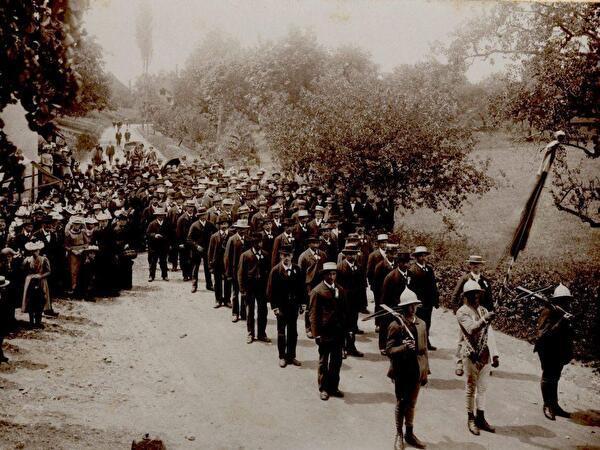 1895 - Festumzug zum neuen Schulhaus Ambar