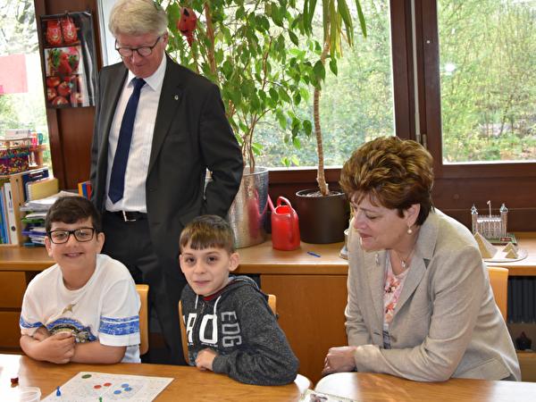 Bildungsdirektorin Silvia Steiner und Schulvorstand Jean-Pierre Balbiani beim Schulbesuch