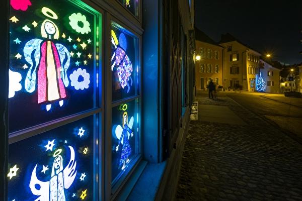 Adventsfenster beim Schulhaus in der Bahnhofstrasse mit Engel