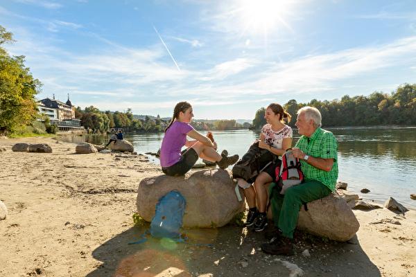 Wanderer bei der Rheintreppe mit Blick auf die Altstadt und das Parkresort Rheinfelden