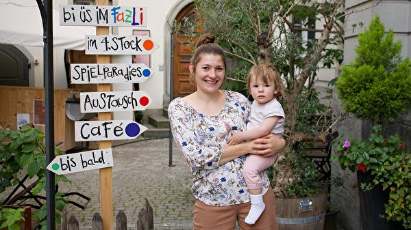 Sarah von Niederhäusern vor dem Familienzentrum