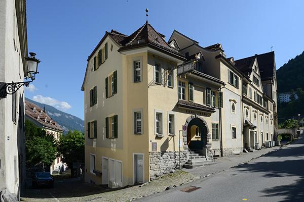 Der langgezogener Komplex mit verschieden hohen Gebäudeteilen.