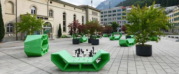 Theaterplatz mit Sitzmöbeln und Topfpflanzen