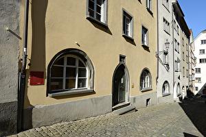 Das fünfstöckige Antistitium mit gelblicher Fassade ist Teil einer der ältesten Altstadt-Häuserreihen in Chur