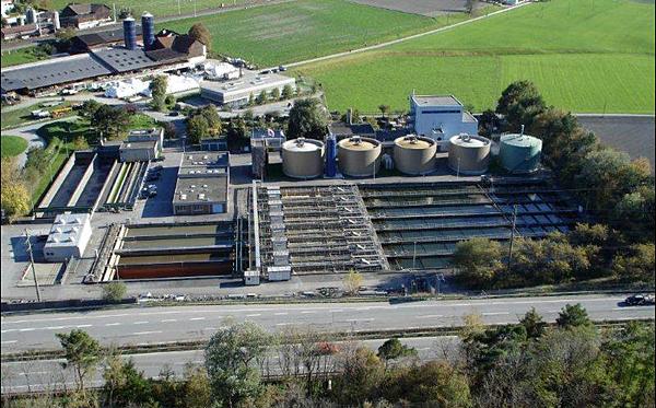 Luftaufnahme der ARA Chur,die Anlage befindet sich direkt an der Nationalstrasse beim Anschluss Chur Nord