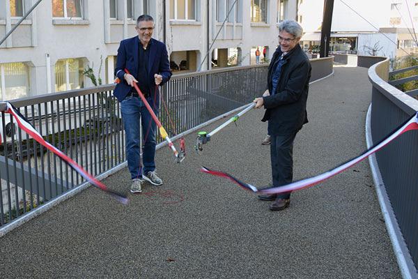 Stadtrat Tom Leibundgut (links) und Regierungsrat Mario Cavigelli durchschneiden corponagerecht das Eröffnungsband der Italienischen Brücke.