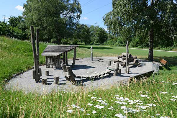 Grosszügig bestückter Spielplatz Haldenstein.