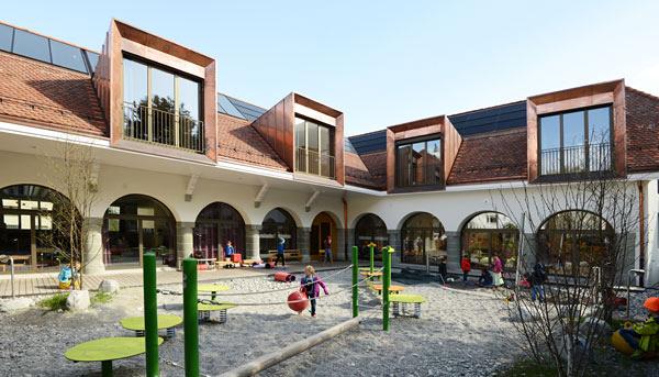 Das der Stadt gehörende Nullenergiehaus mit Doppelkindergarten und zwei Wohnungen an der Calandastrasse. (Walter Schmid)