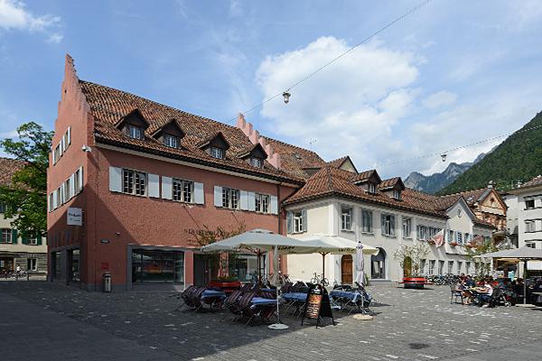 Das ehemalige Klostergebäude beherbergt heute Stadtpolizei, Schule und Trauzimmer.