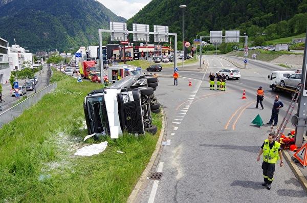 Unfallstelle mit umgekipptem LKW.