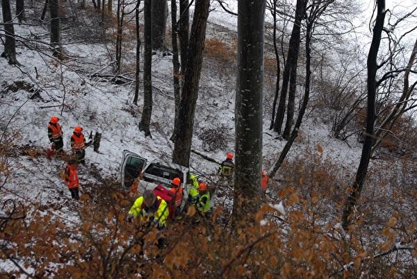 Die Feuerwehr mit der Rettung Chur bei den Bergungsarbeiten.
