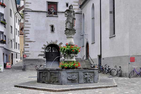Der Martinsbrunnen mit dem Schildhalter und den Tierkreiszeichen am Brunnenbecken.